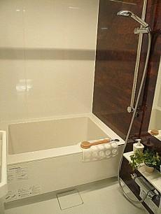 浴室換気乾燥機付きバスルーム。