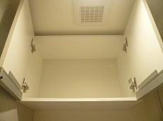 ウォシュレット付トイレ 吊戸棚。
