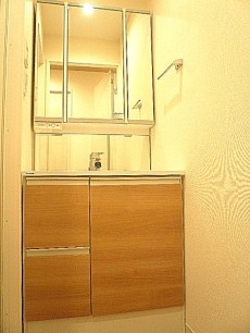 マンションフロイント麻布 四面鏡の洗面化粧台です。