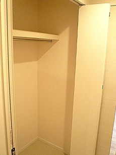 マンションフロイント麻布 廊下にあるクローゼットです。
