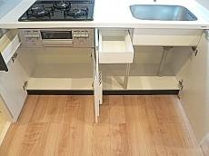 マンションフロイント麻布 システムキッチン 収納です。