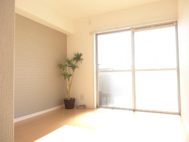 陽当たりのよい約4.8畳の洋室