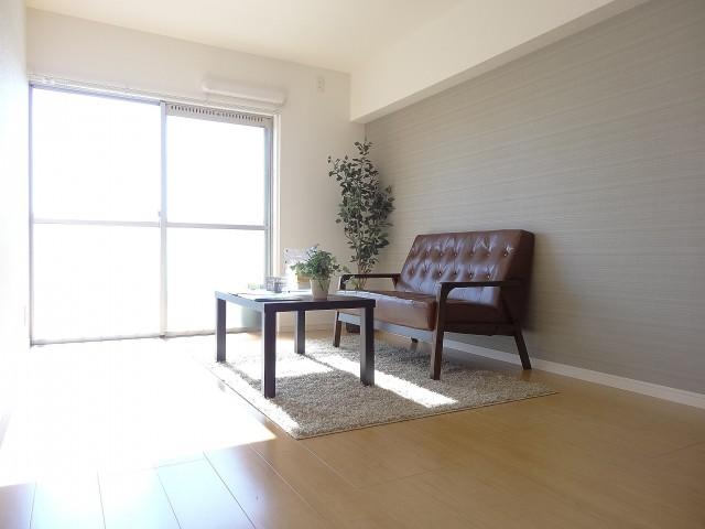 陽当たりのよい約5.6畳の洋室
