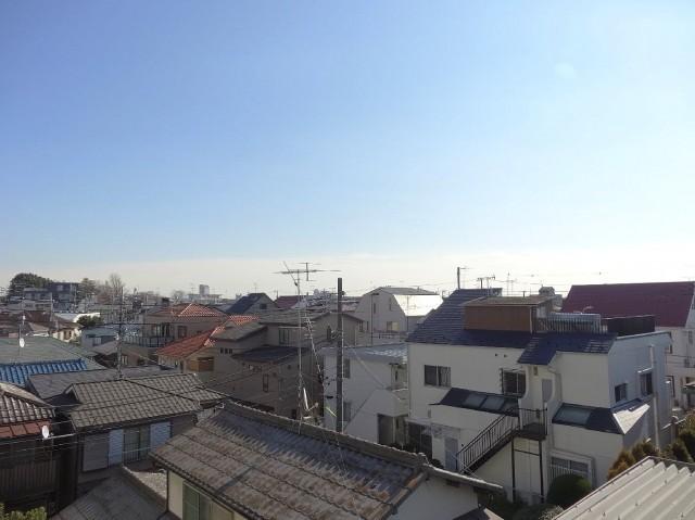 外は静かな住宅街が広がっています