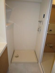 横手に棚がある洗濯機置き場