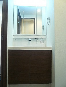 藤和青葉台コープ 三面鏡の洗面化粧台。