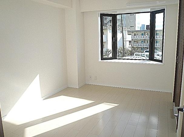 藤和青葉台コープ 出窓のある洋室6.0帖です。