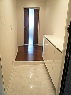 白を基調とした玄関ホールです。