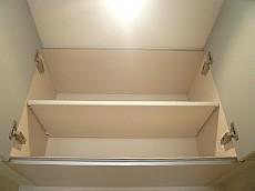 ホワイトな吊戸棚。