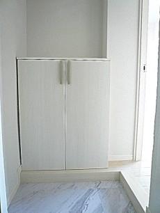 ホワイトな玄関スペース。