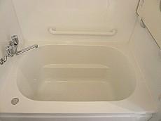 手すりもある浴槽です。