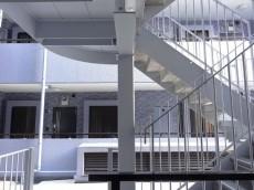 玄関目の前は共用階段
