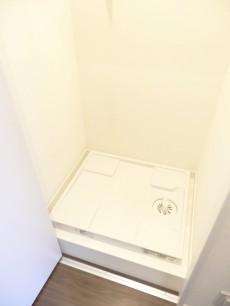 扉付きの洗濯機置場