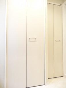電気温水器と収納の扉