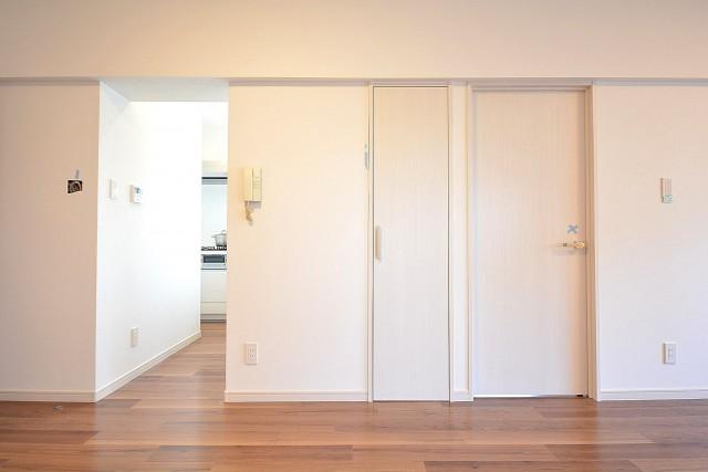 トゥール高輪 洋室扉とキッチン