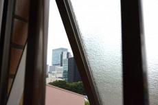 シャンボール常盤松 窓の隙間からヒカリエ