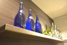 グランドメゾン幡ヶ谷 カウンター横の棚にボトルを並べて・・・