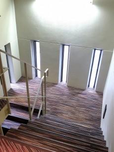 グラントレゾール広尾 カーペットがオシャレな非常階段