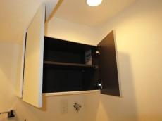 洗濯機置き場上部の吊戸棚