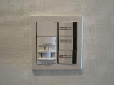 玄関には人感センサー付照明設置