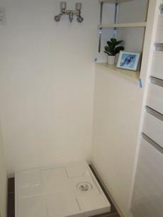 アイタウン・レピア 洗濯機置き場にも棚が設けられています