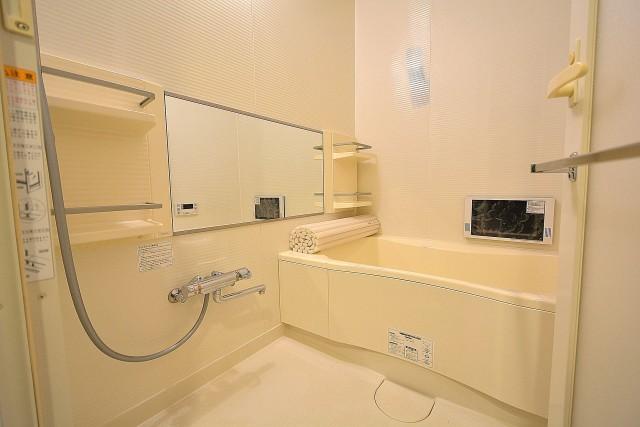 白基調の清潔感のあるバスルーム