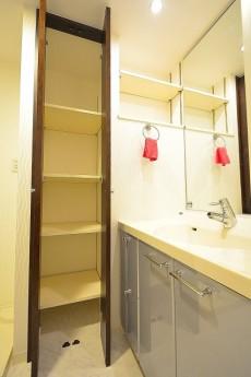 サニタリールームの可動棚収納