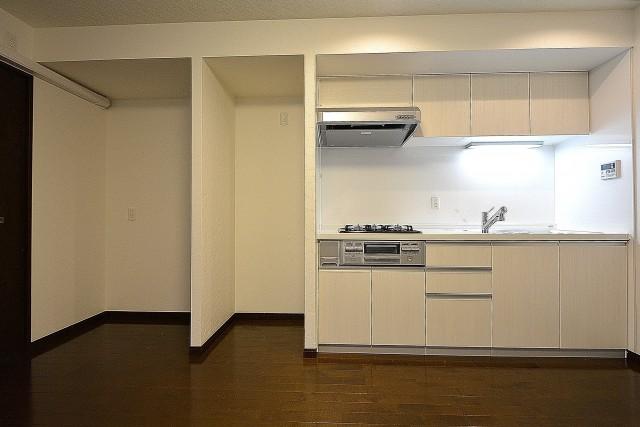 I型キッチンの横に冷蔵庫スペース