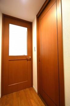 クレストフォルム蒲田 リビングとサニタリーのドア