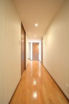 ベッドルーム側の廊下