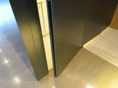 洗面室・バスルームに通じるドア