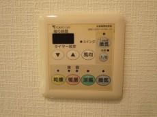 バスルームには浴室換気乾燥機付