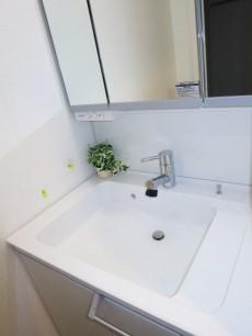 第23宮庭マンション 清潔な印象の洗面化粧台