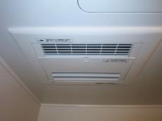 第23宮庭マンション 浴室換気乾燥機が設置されたバスルーム