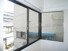 ビラ自由が丘 大きな窓の洋室です。