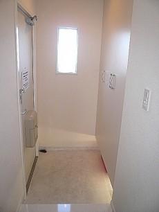 多摩川芙蓉ハイツ 白を基調とした玄関ホール