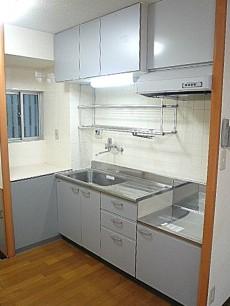 六本木グランドール 窓のあるキッチンです。