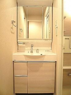 三面鏡の洗面化粧台