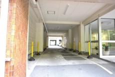 ファミール築地 駐車場へ