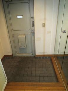 セントラル第二青山 大きなミラーが印象的な玄関