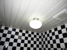 セントラル第二青山 ブラック&ホワイトなタイルのバスルーム