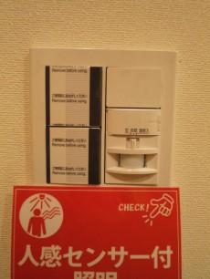 玄関照明には人感センサー付