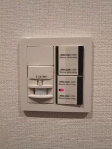 玄関の照明は人感センサー付