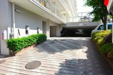 神楽坂ハウス 駐車場入り口