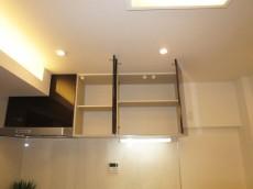 上部には耐震ラッチ付吊戸棚設置