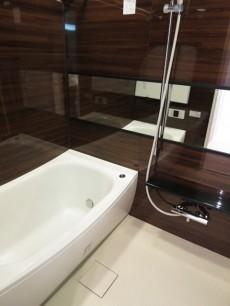 ラグジュアリーな雰囲気のバスルーム