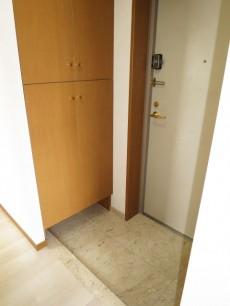 収納が左右に設置された玄関