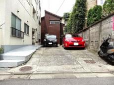 柿の木坂コーポ エントランス前の駐車スペース