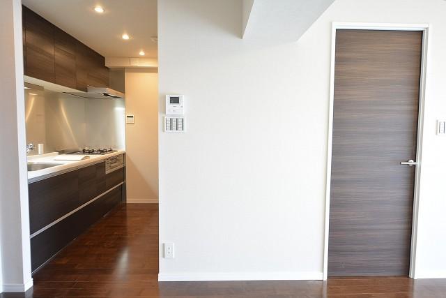 成城エコーハイツ キッチン入口と洋室の扉803