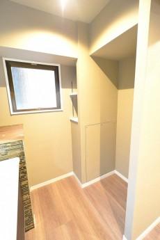 南青山セピアコート キッチン横収納棚と冷蔵庫置き場